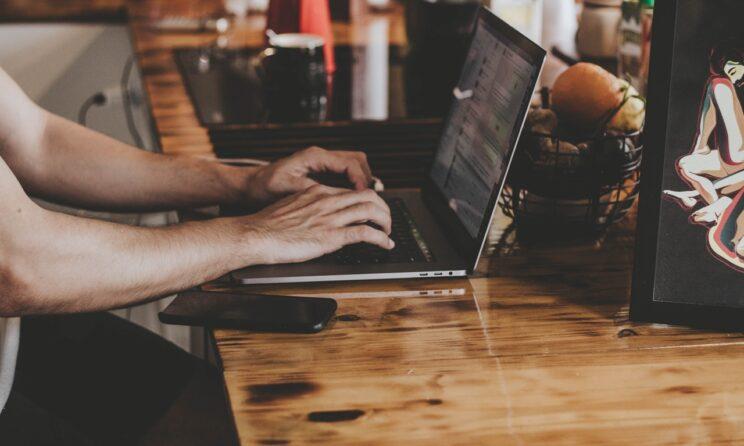 Person låner penge på sin computer
